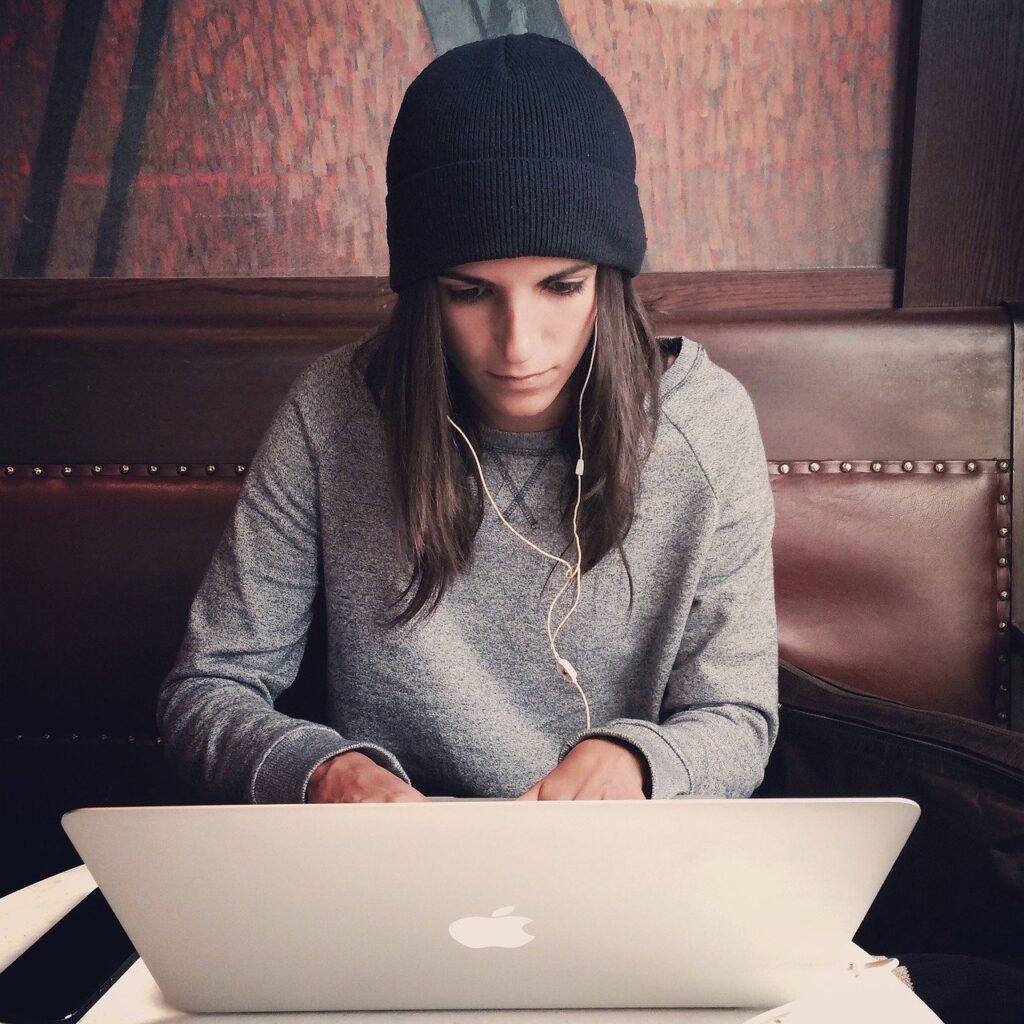 laptop, apple, macbook-2561018.jpg